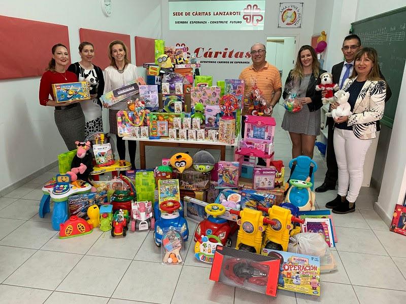 Los hoteles sostenibles de ASOLAN realizan la primera entrega de juguetes recogidos en su campaña navideña a Cáritas